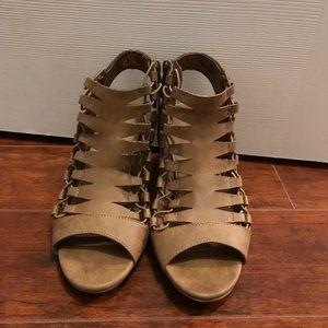 Size 6 1/2 camel nude Dressbarn heeled shoes